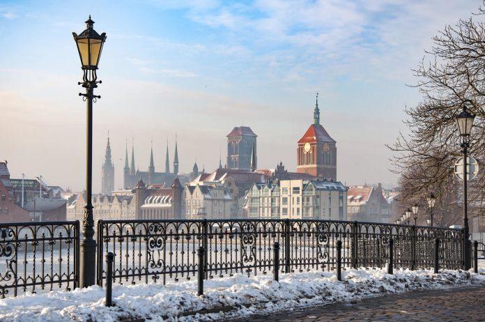 Gdańsk, noclegi w zimie – widok na Długie Pobrzeże pod śniegiem